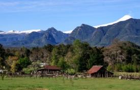 Blick ins Tal und auf den Vulkan Villarica (© Lena Labryga / Weonlandia)