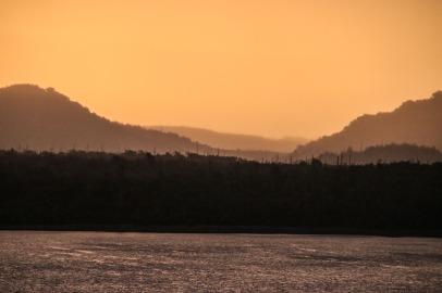 Sonnenuntergang an der Laguna Chaiguaco - Tantauco Nationalpark (© Lena Labryga / Weonlandia)