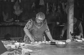 Frau bei der Zubereitung von Empanadas (© Lena Labryga / Weonlandia)
