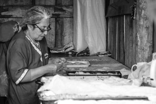 Bei der Zubereitung von Empanadas (© Lena Labryga / Weonlandia)